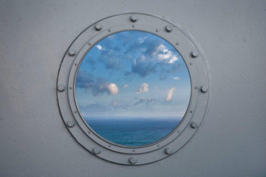 Diversos navios estão com vagas abertas para seus cruzeiros, em diferentes áreas: bar, cozinha, limpeza, entretenimento, vendas, segurança, entre outras. Há ainda oportunidade para fotógrafos especializados em eventos.