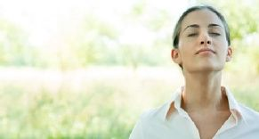Einfache Yoga-Übungen für zu Hause *Yoga baut Stress ab und tut körperlich und seelisch gut. Für unser Video waren wir bei einem Kundalini-Yogakurs dabei und zeigen einfache Übungen zum Nachmachen