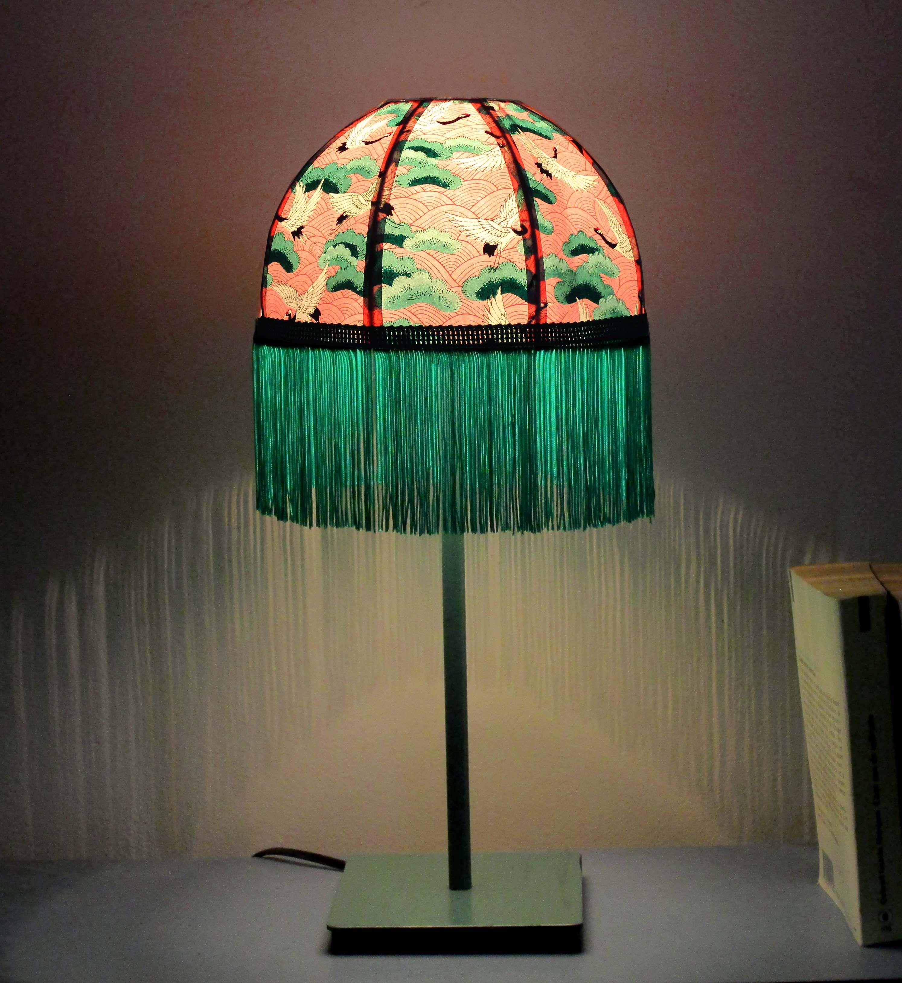 Lampe Retro Abat Jour Dome En Papier Japonais Grues Sur Fond Rose Longue Frange Verte Pied Metal Vert Lampes Victoriennes Lampe De Chevet Lampes D Epoque