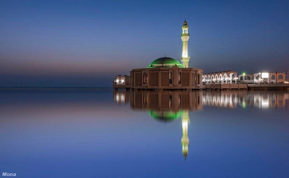 مسجد الرحمة العائم بجدة كورنيش جدة ساحل البحر الأحمر Al Rahma Mosque Was Built In 1985 On The Edge Of Jeddah S Corniche In Saudi A Islamic Art Islam Art