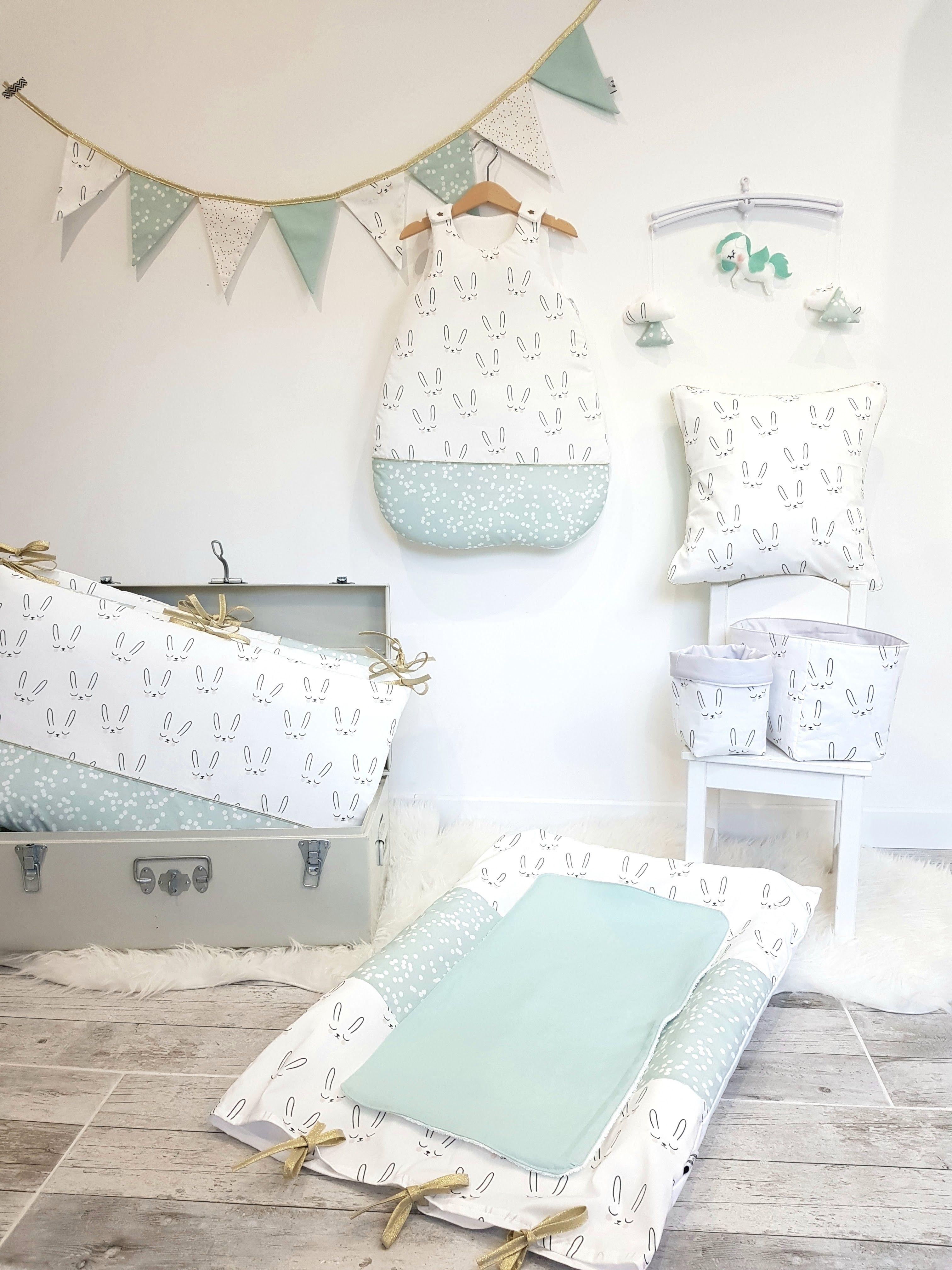 Chambre bébé aux doux motifs lapins endormis et pois blancs sur