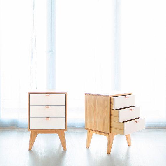 Mesita de tres cajones, elaborada de forma artesanal con madera de