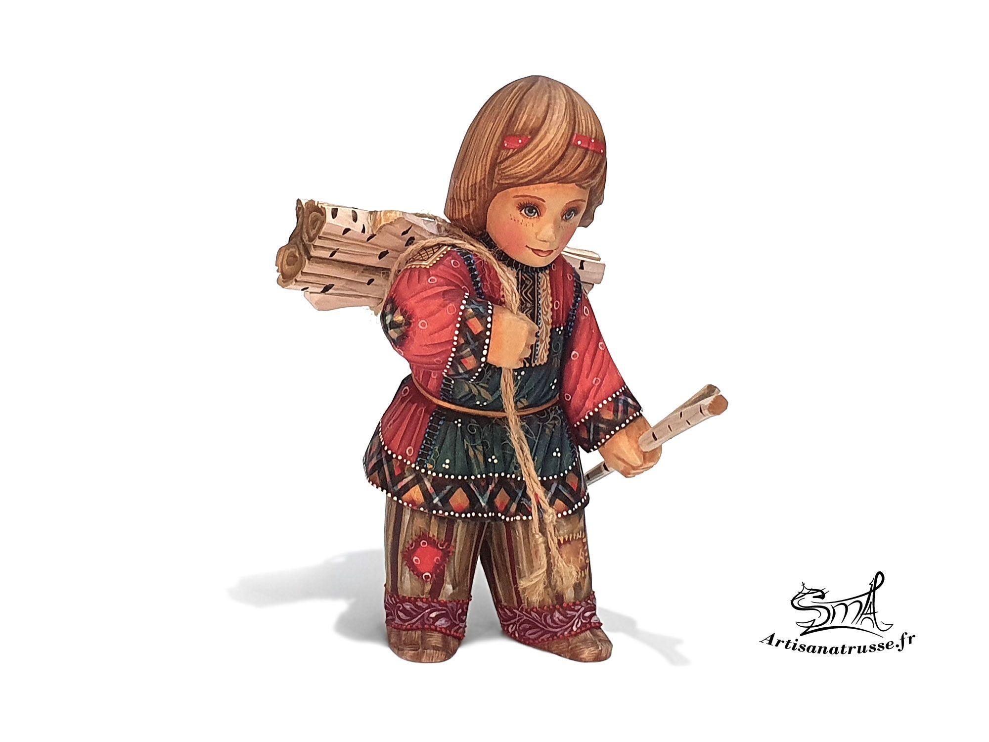 Statuette en bois. Un petit garçon avec des buches