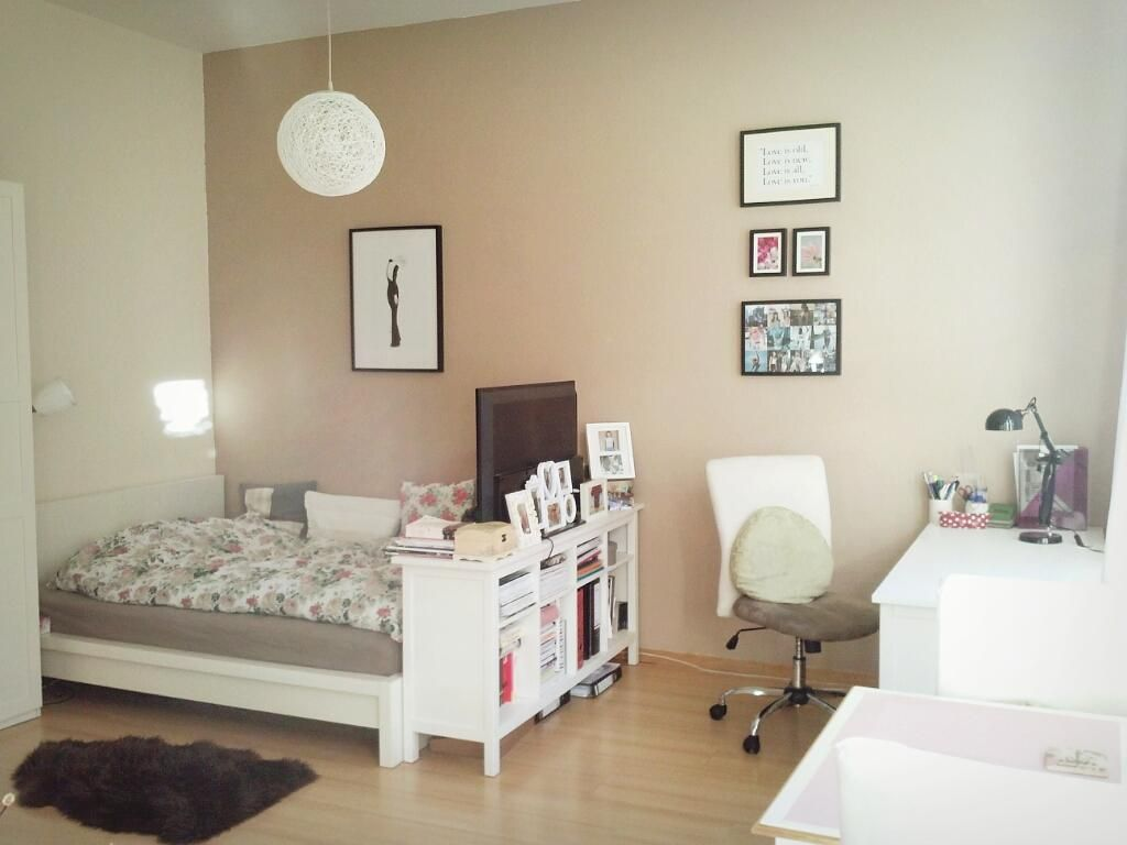 sch ne wg zimmer einrichtungsidee gro es bett schreibtisch bilder und praktische kommode mit. Black Bedroom Furniture Sets. Home Design Ideas
