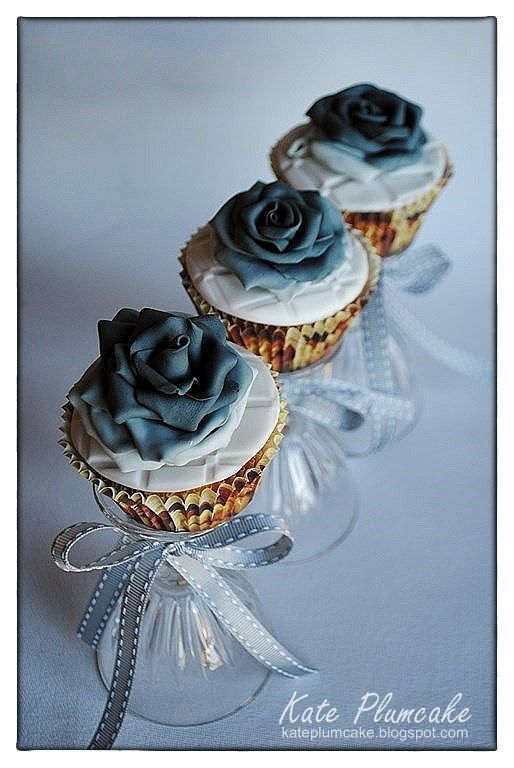 Cup cakes with black roses