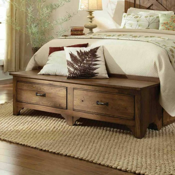 0 bout de lit coffre en bois fonc tapis en rotin beige. Black Bedroom Furniture Sets. Home Design Ideas