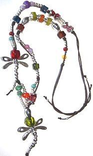 volandos. Collar largo realizado en hilo de algodón, zamak y resina. Medida collar: 70 cm + Medida colgante: 12 cm
