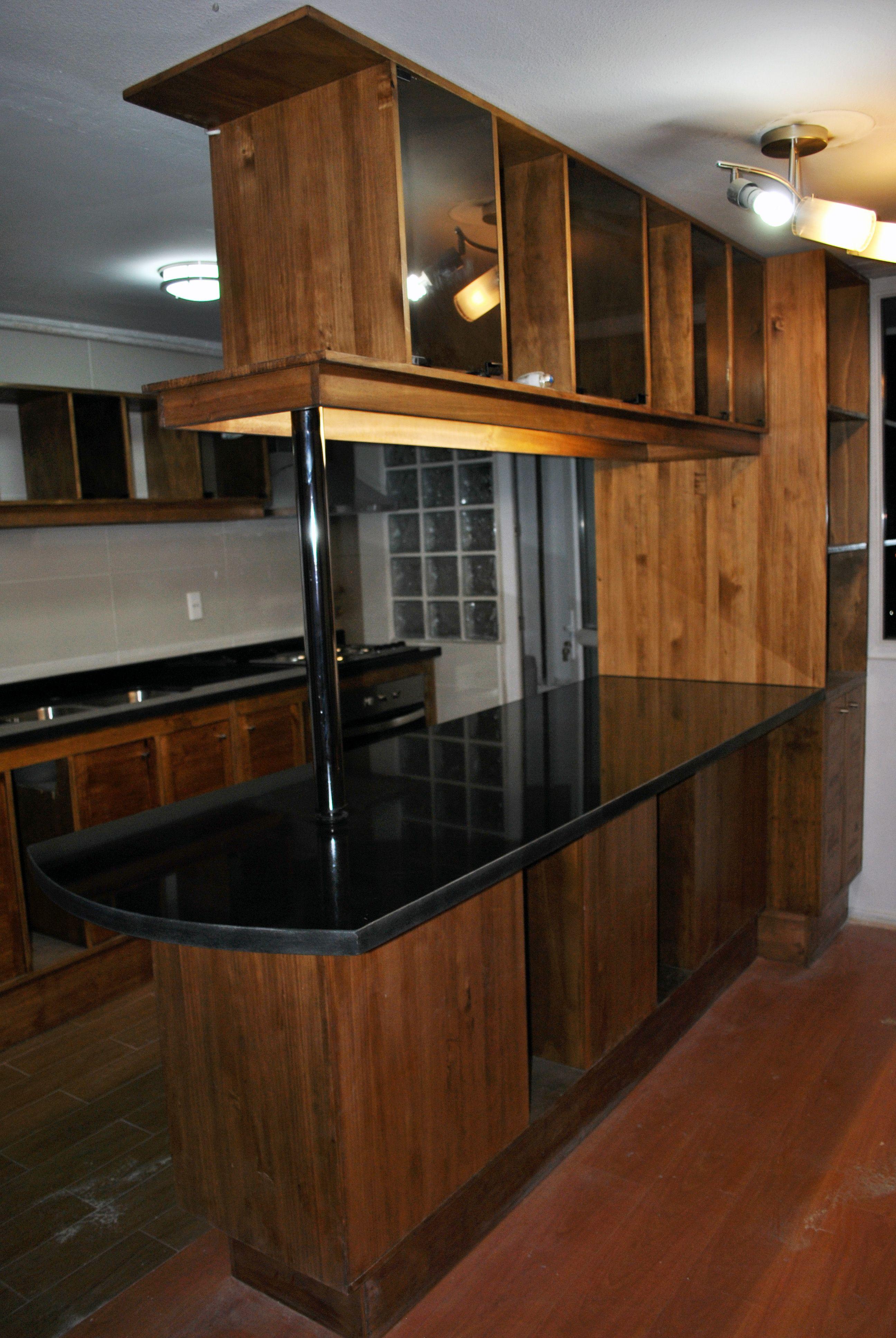 Cocina americana elaborada en madera nativa. | Mobiliario de cocina ...