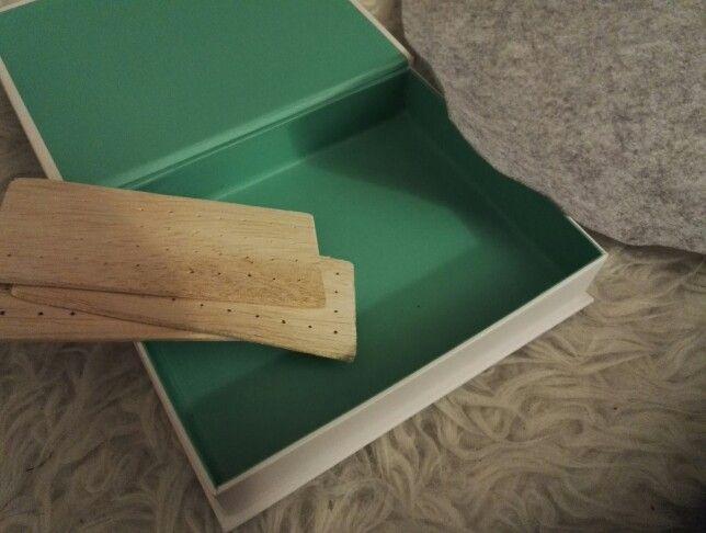 En lille kasse, noget balsatræ, filt og så en hel masse øreringe. Det er hvad jeg har i hånden. Jeg har simpelthen for lidt plads til mine øreringe, så nu må jeg udvide pladsen :-)       Endnu et dejligt søndags projekt projekt