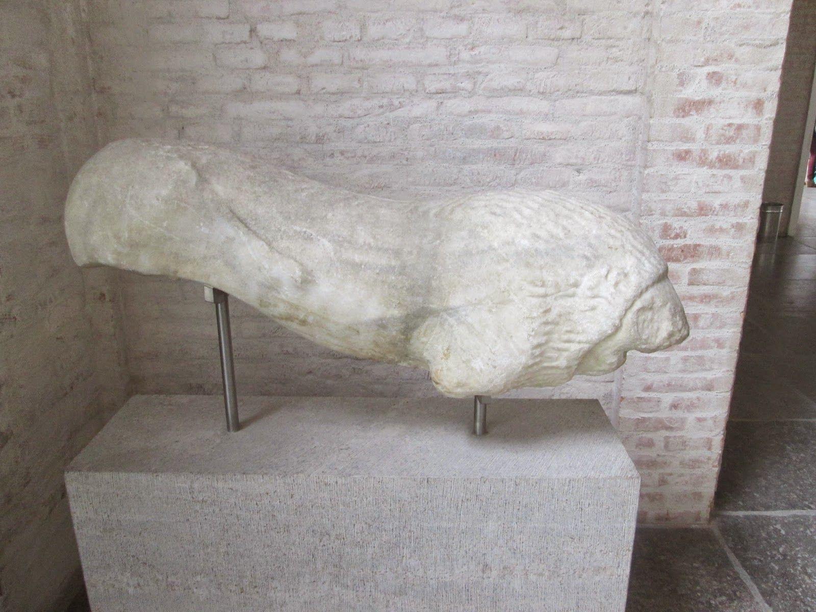 León funerario.