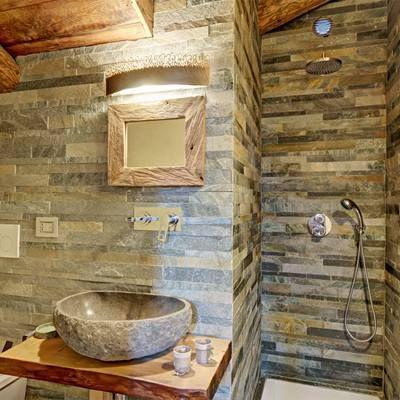 Ba o con pared y lavabo piedra dise odeinteriores deco for Banos de madera y piedra