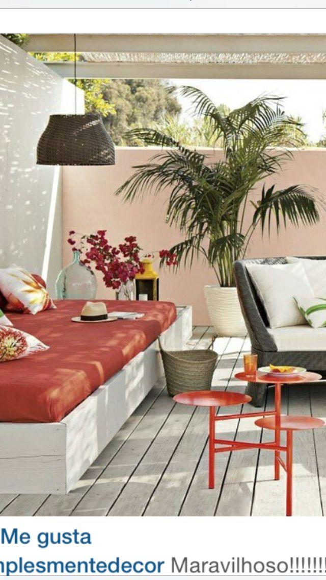 Alegre y colorida terraza tropical con esos cómodos muebles ...