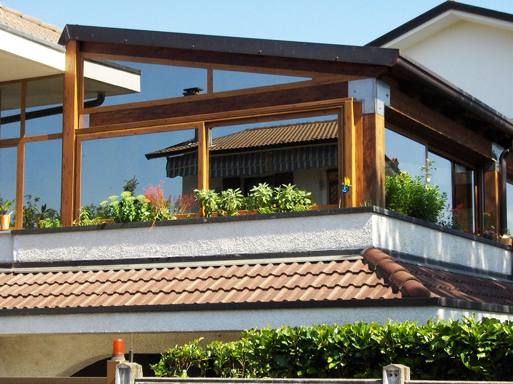 Chiusura balcone villetta con veranda in legno Serpato