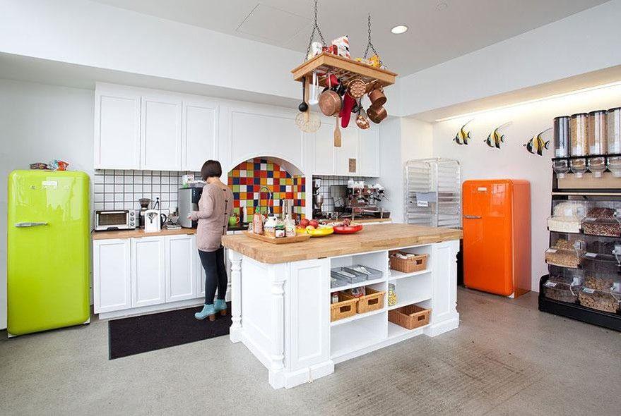 Também em São Francisco (EUA), o escritório do Airbnb investiu em um design colorido e em uma bela cozinha para os colaboradores.