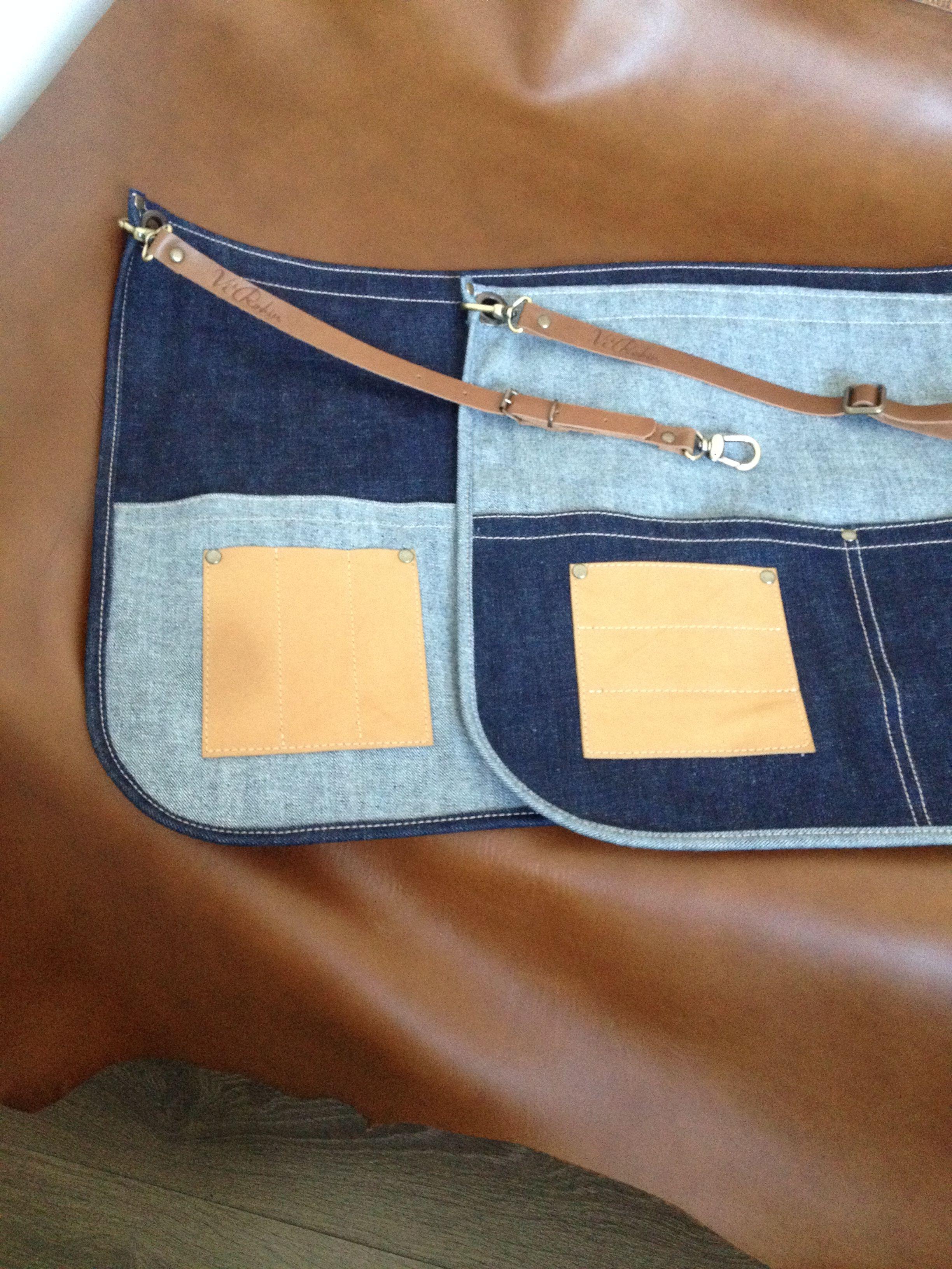 Передник из классической джинсы плотностью 13oz с кожаным ремнем на карабинах и оригинальным кожаным кармашком для ручек/карандашей. Цена 1450 руб. Для варианта цветового сочетания.