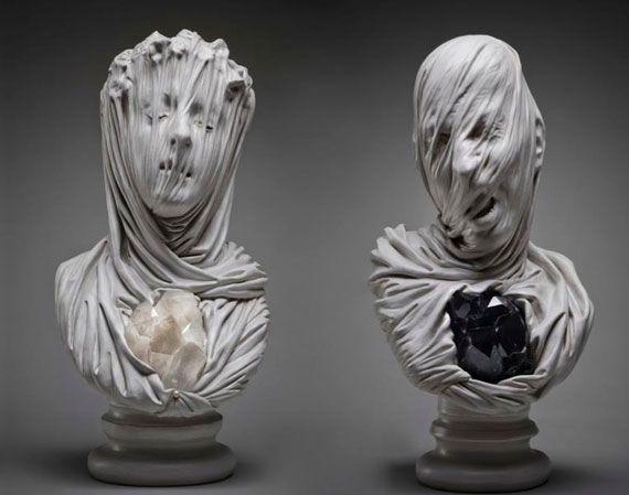 流れる落ちるような艶かしさと美しさ。布の立体感が秀逸な彫刻作品 ...
