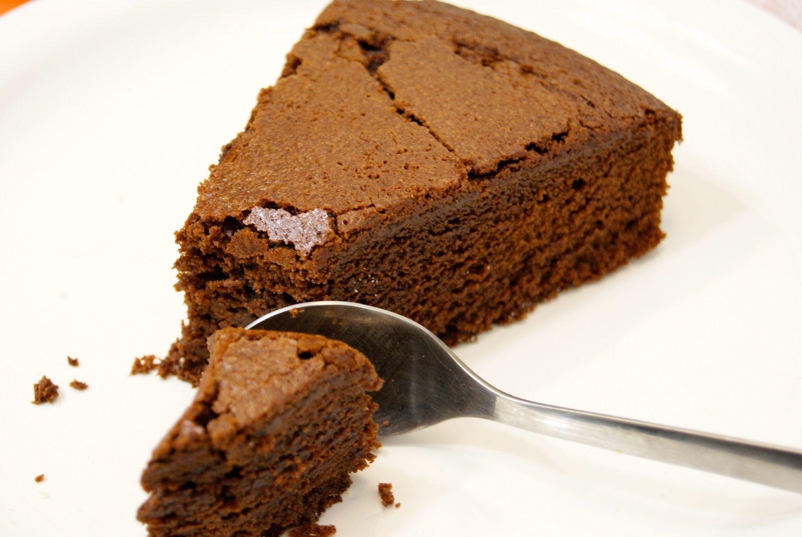 Ce gâteau est tout simplement une tuerie, c'est aussi une bonne calorique! Mais bon de temps en temps il faut bien se faire plaisir! Ingrédients pour un gâteau pour 6 personnes (20cm de diamètre): 200g de chocolat 200 g de beurre demi-sel à température...