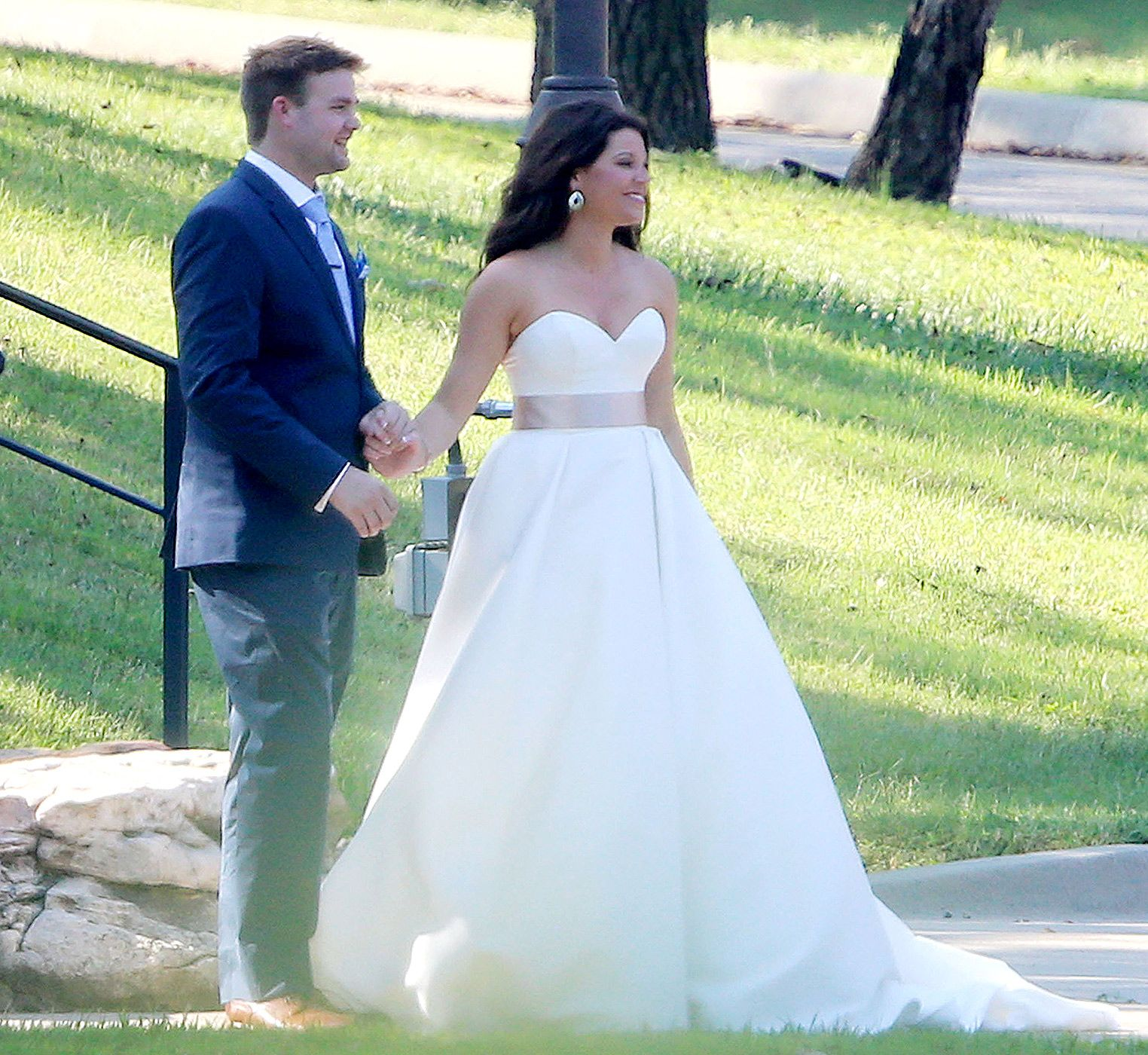 Blushing Bride See Amy Duggar S Rule Breaking Wedding Dress Amy Duggar Celebrity Bride Duggar Wedding