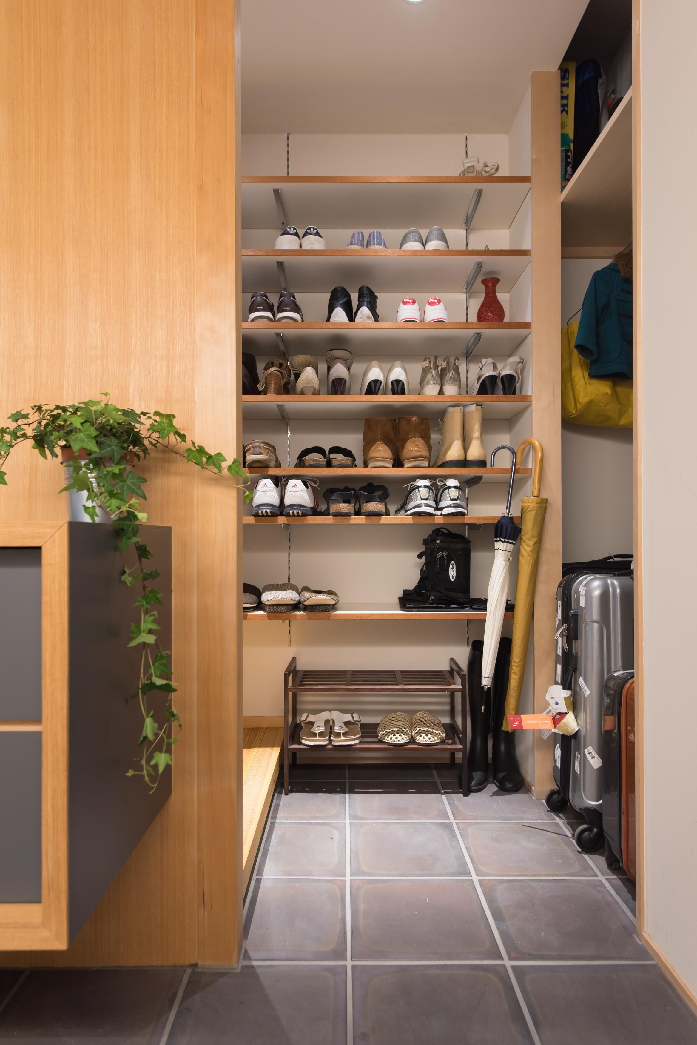 玄関に置いておくと便利なもののスッキリ収納術 家 玄関収納 間取り