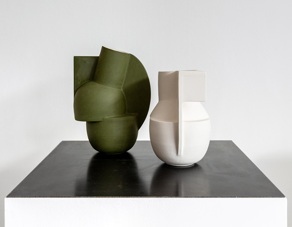 A London Exhibition Contrasts Jochen Holz S Blobby Glass Objects With Linear Ceramics By Derek Wilson En 2020
