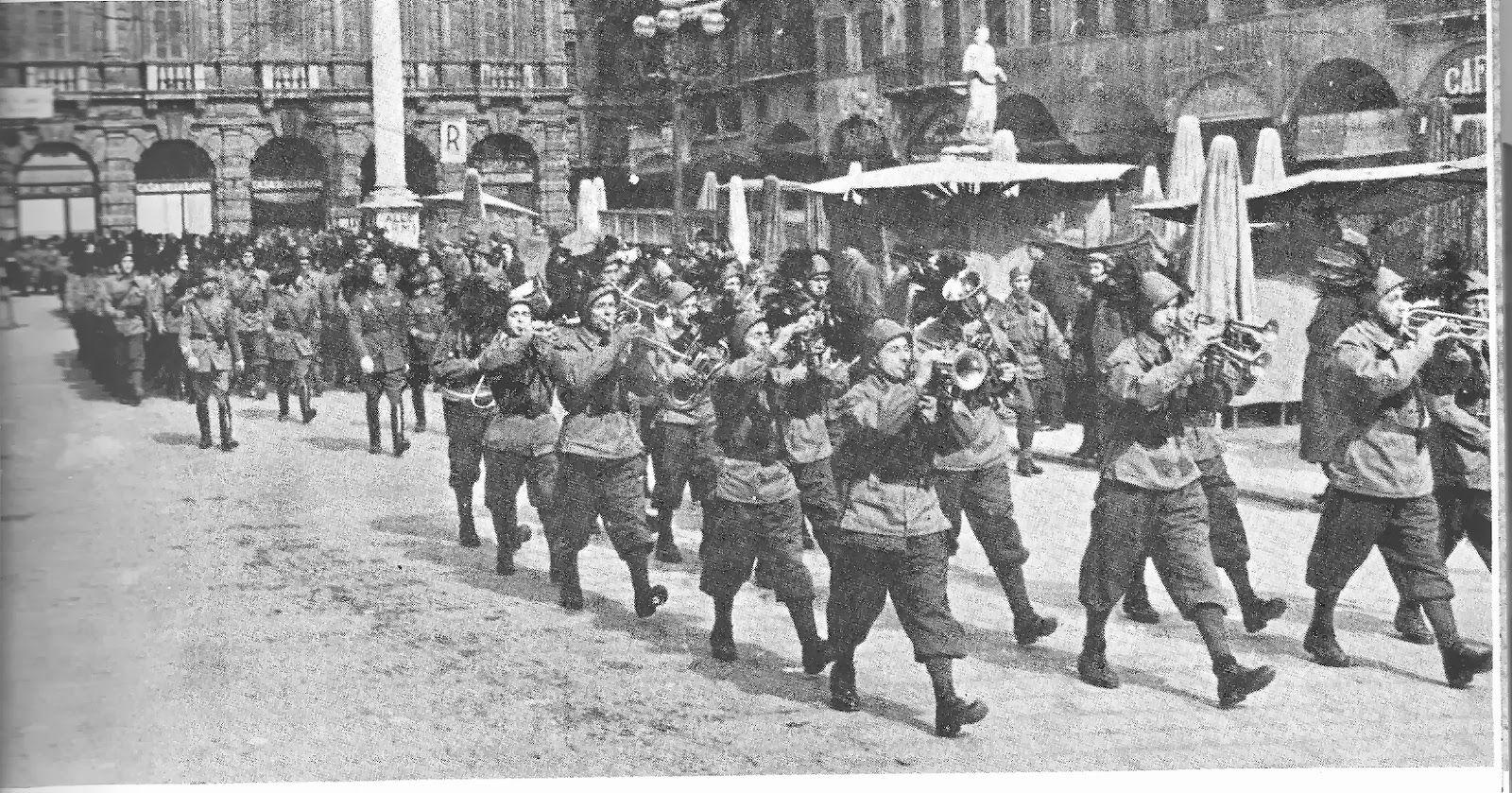 """Verona - Marzo 1944 - partenza per il fronte del reparto noto come I° battaglione bersaglieri volontari """"Benito Mussolini""""."""