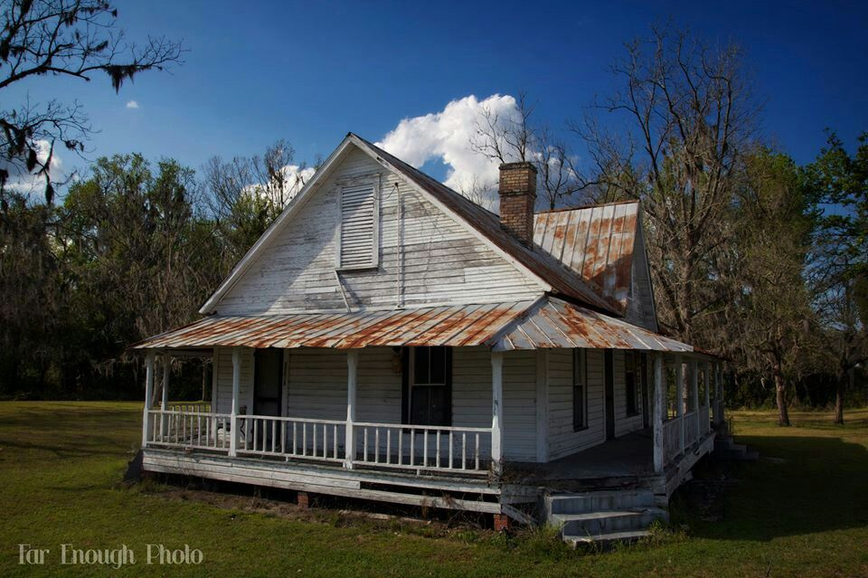 Lovely Little Old Farm House Needs Tlc Look At The Tin Roof Old Farm Houses Abandoned Houses Old Houses
