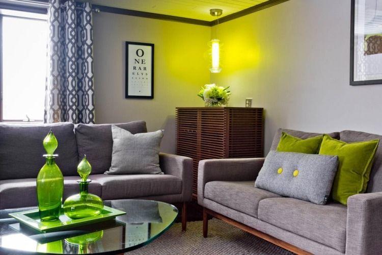 canapés gris dans le salon aux accents vert anis