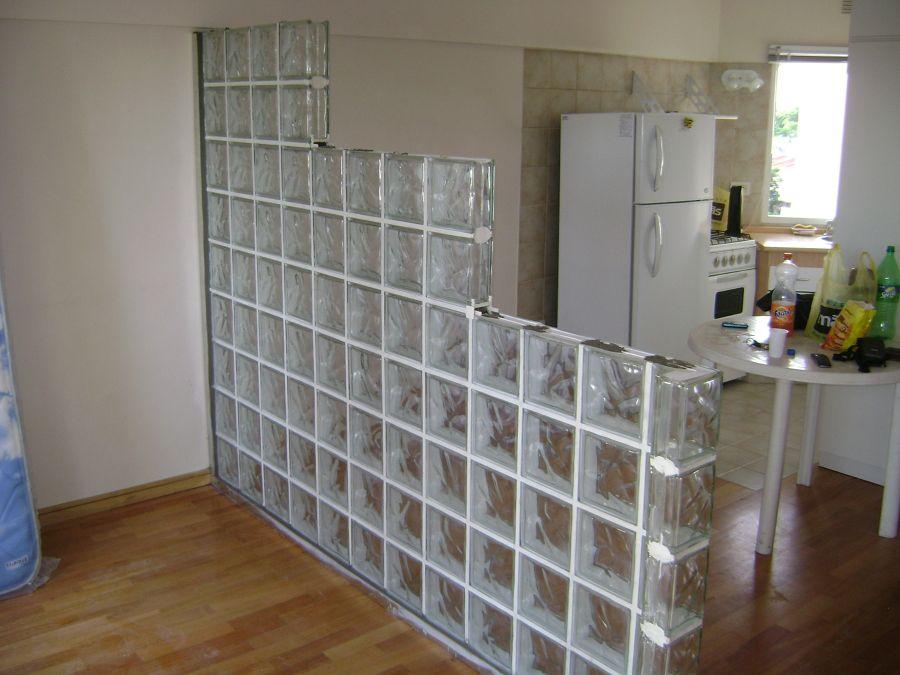 Pared divisoria de ladrillos de vidrio en - Tabiques separadores de ambientes ...