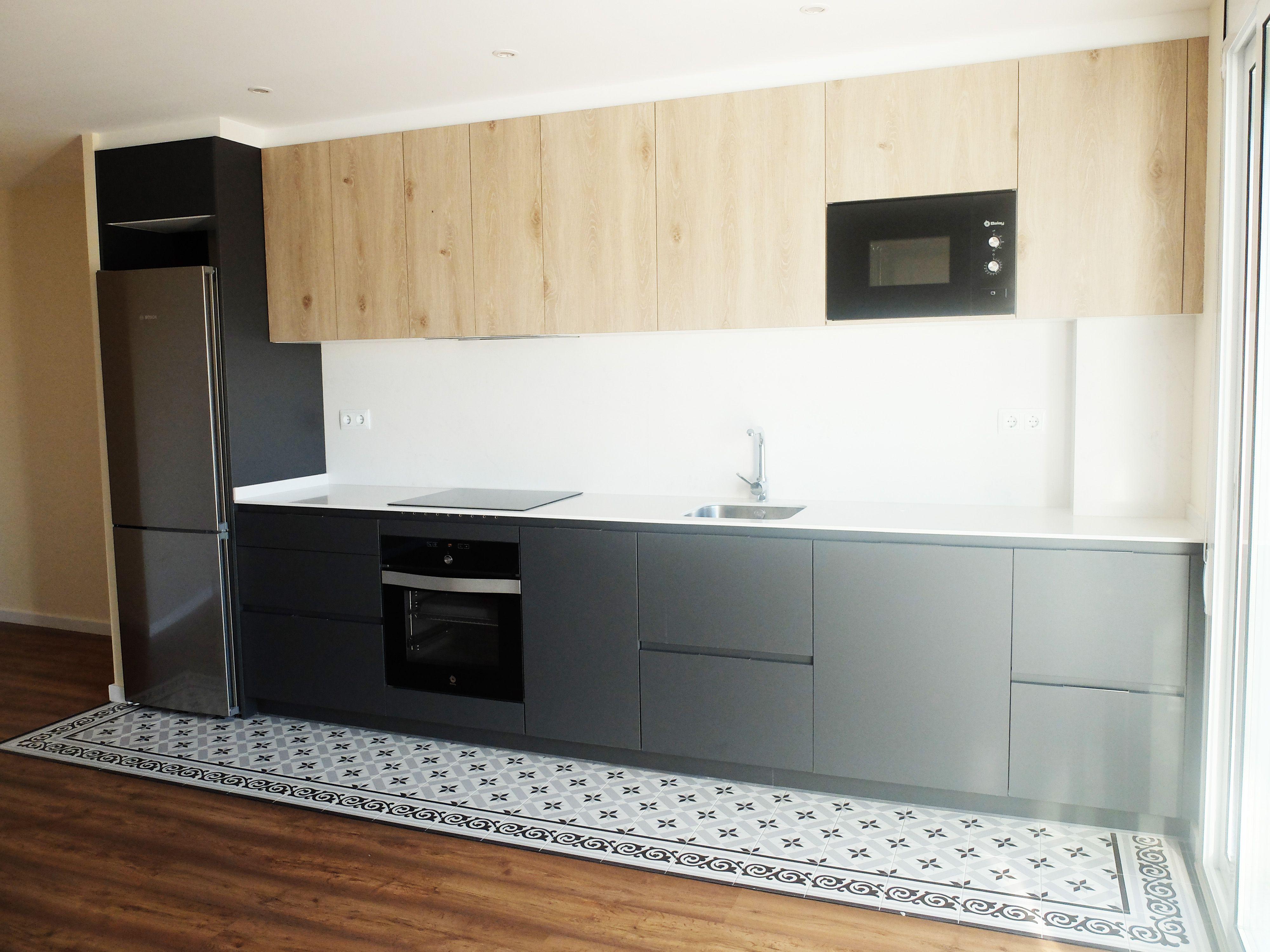 Cocina lineal abierta al sal n comedor en gris y madera - Accesible reformas ...