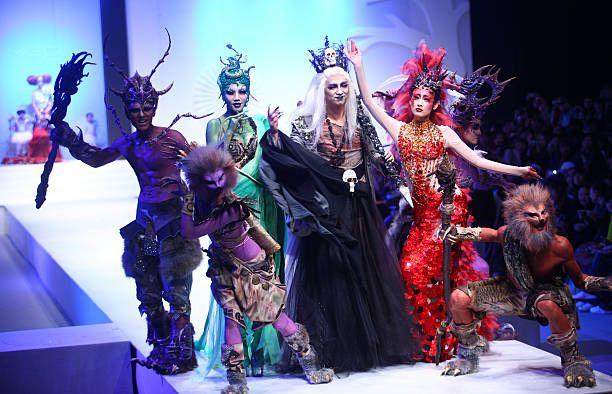 Mallit näyttävät luomuksia Kiinan suunnittelija Mao Geping aikana värikäs kosmetiikka muotinäytös 2010 Kiinan muotiviikolla 5. marraskuuta 2009 ...
