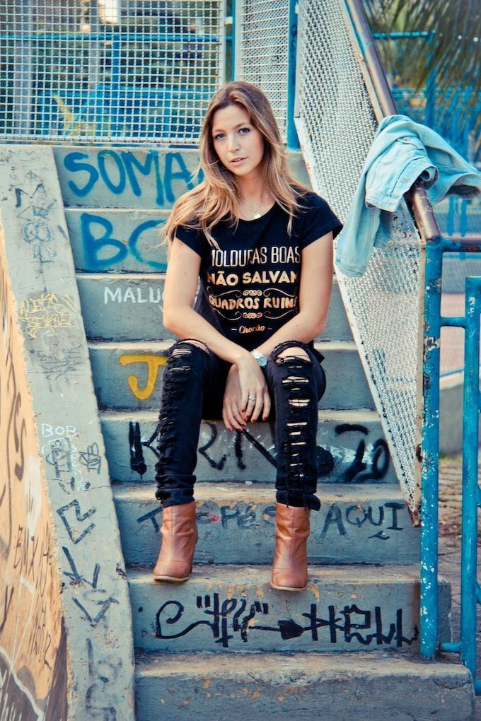 "Luisa Meirelles vestindo a t-shirt ""Molduras Boas""."