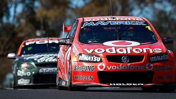 Jamie Whincup Leads David Reynolds In The Fpr Ford To The Chequered Flag In The Bathurst 1000 S Closest Finish At Mount Panorama Ye Motorsport Rivalry Racing