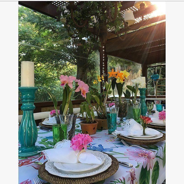 Domingo dia perfeito pra reunir familia e amigos em volta de uma mesa florida, colorida e animada! Adoooro dias assim! Que venha uma semana repleta de coisas boas pra todos nós! 💕💕💕💕💕 #villadelamore#tablescape #tablesetting #olioliteam #mesaposta