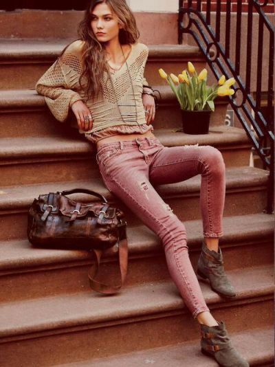 Love the worn colored jeans and baggy sweater look!