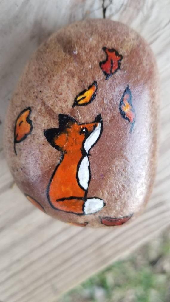 Ähnliche Artikel wie Kleine Autum Fox gemalt Rock Fall Fox Hand bemalt Rock Art auf Etsy