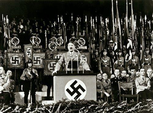 """Putschgirl: """"Hitler em 1936 com Goebbels no extremo direito, olhando como se ele está fantasiando sobre Jenny Jugo.  Fritz Wiedemann está atrás de JG.  @lidybarr """""""