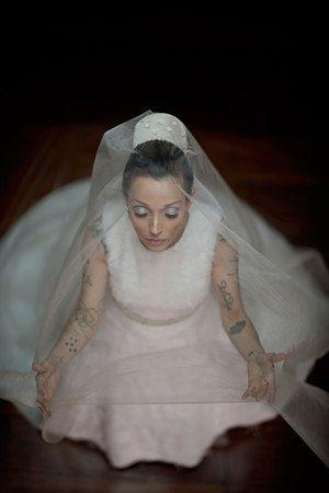 Blogueira Cris Guerra, do Hoje Vou Assim, sobe ao altar com vestido de noiva da Apartamento 03