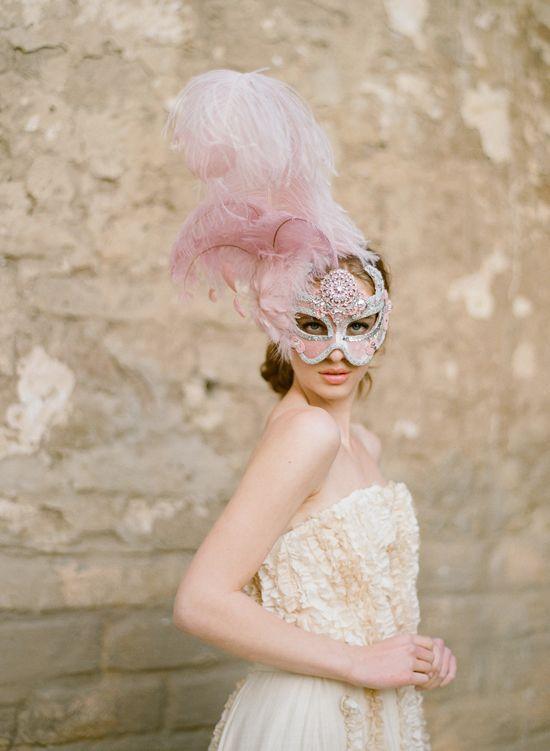 #Mask #bride  Novia de carnaval. Plumas rosas!