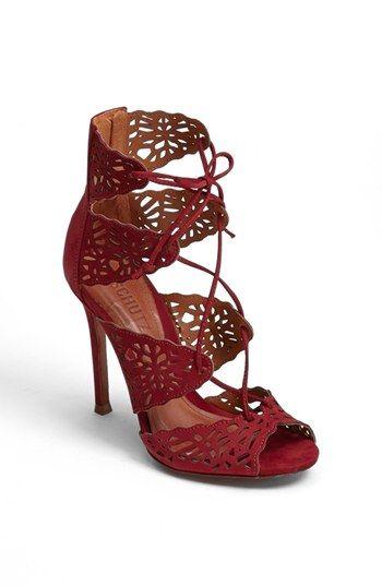 Superbes chaussures. J'aime comment la dentelle vient atténuer l'effet sexy du talon aiguille.
