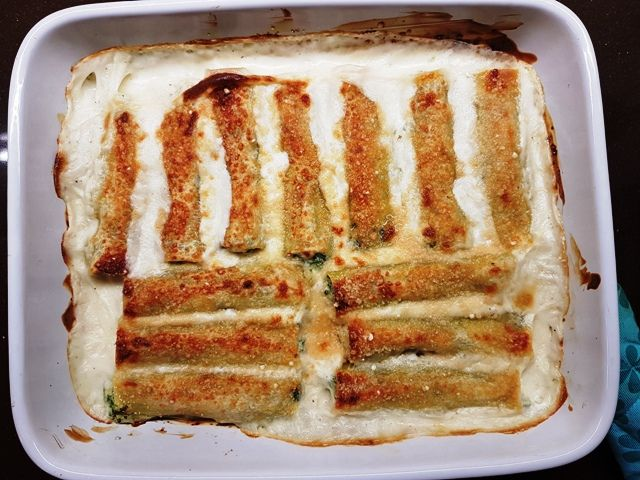 cannelloni met spinazie, ricotta en gorgonzola in bechamelsaus