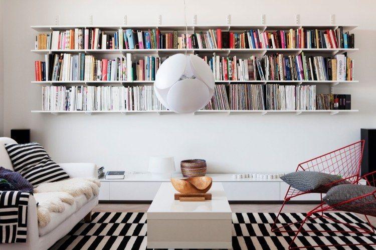 des étagères murales pour livres en blanc dans le salon