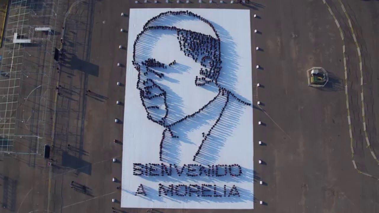 Reciben al Papa Francisco con retrato viviente en Morelia