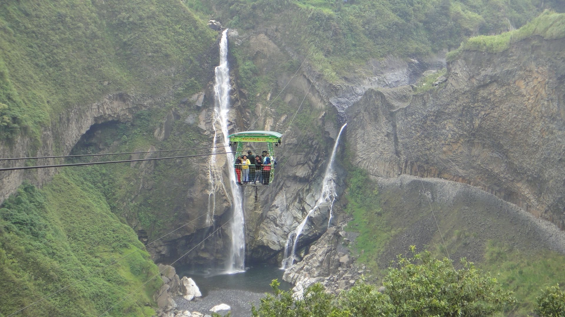 Ruta das Cascadas e as famosas tarabitas que cruzam os penhascos e cachoeiras da região de Baños - Equador.  Abraços, casal Gomes pelo mundo!  Encontre-nos nas redes sociais: Facebook: https://www.facebook.com/pages/VTL-Virtual-Tour-by-Luziete/289581344561316 Twitter: @VTLbyluziete Pinterest: virtualtourbyLuziete Instagram: @virtualtourbyluziete Blog: http://virtualtourbyluziete.blogspot.com.br/