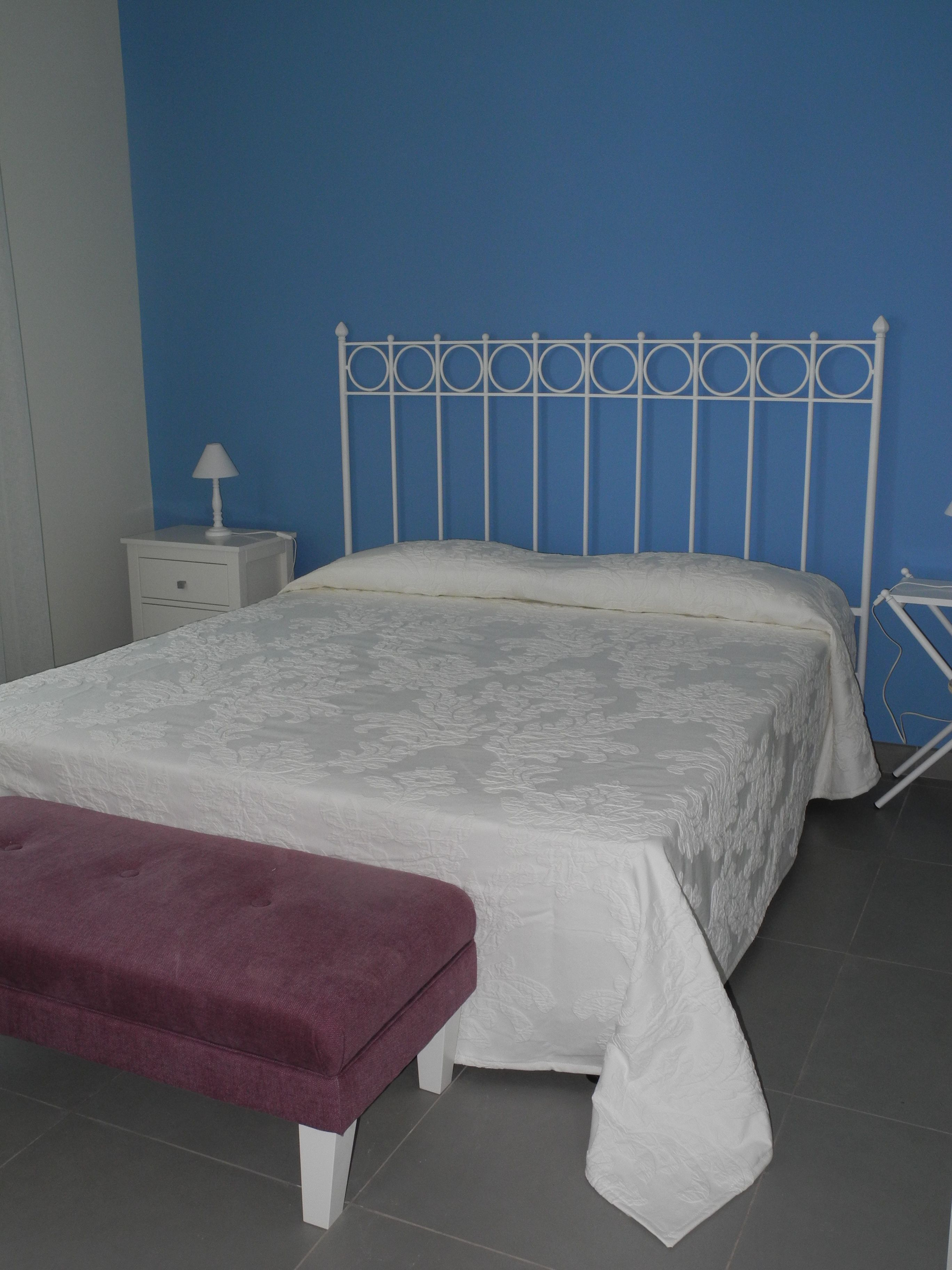 Testata letto in ferro laccato bianco, comodini in ferro e legno ...