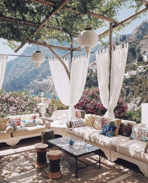 Eingerichtete Terrasse mit wunderschönem Ausblick und begrünter Überdachung #Terrasseneinrichtung #Terras… | Pátios ao ar livre, Ideias de pátio, Arquitetura jardim