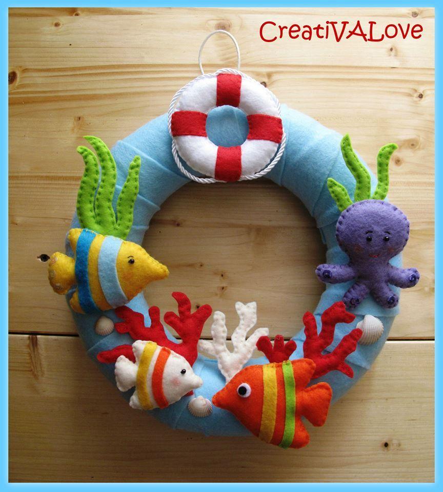 Un salvagente, un polpo, pesci e coralli decorano la ghirlanda a tema marino. Una creazione in feltro/pannolenci. Handmade Felt Creations. #feltcreations