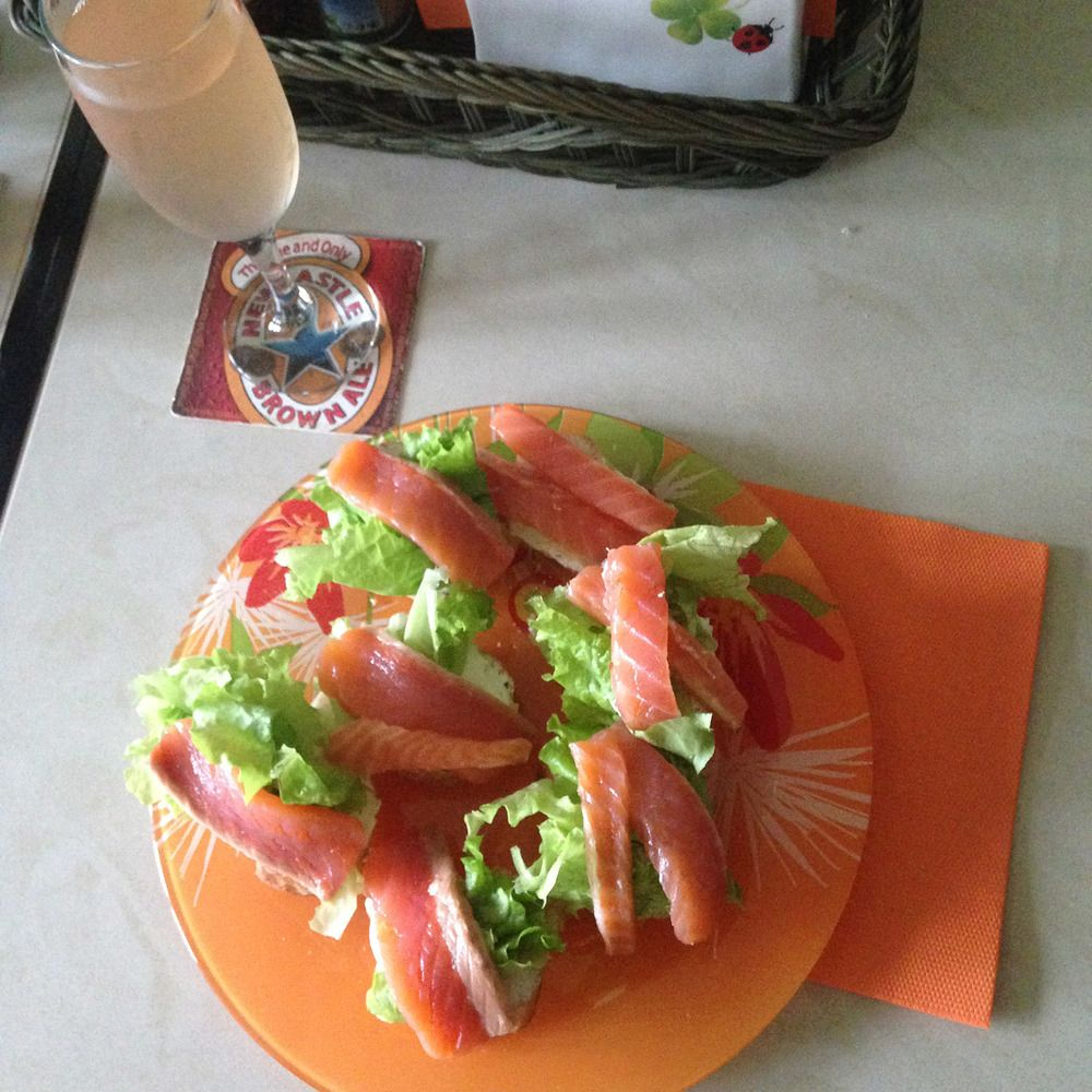 Crostini with salted salmon, lettuce and cream cheese and homemade apple juice.