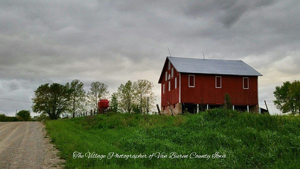 Old Mcdonald S Farm With A Dark Stormy Sky North Of Cantril And South Of Lebanon In The Villages Of Van Buren County Iowa Old Barns Farm Barn House Styles