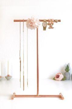 DIY jewelry stand - Schmuckständer in rose gold - sehr einfach sehr günstig, einfach auf elfenweiss.de der Anleitung folgen. Endlich haben auch meine langen Ketten einen Platz gefunden