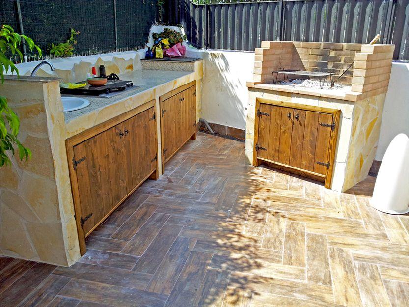Cucina in muratura con chiusura in doghettato d\'abete per esterno ...